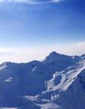 Montañas Nevado en niebla en la madrugada Fotos de archivo libres de regalías