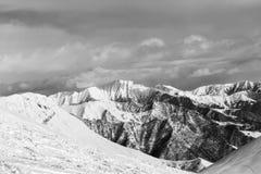 Montañas nevosas blancos y negros Fotografía de archivo
