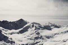 Montañas nevosas blancos y negros en la tarde del invierno Imagen de archivo libre de regalías