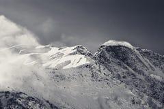 Montañas nevosas blancos y negros, visión desde la cuesta del esquí Fotografía de archivo