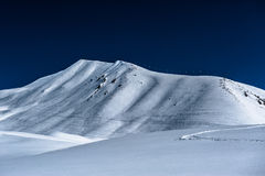 Montañas nevosas del invierno Montañas del Cáucaso Imagenes de archivo