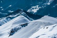 Montañas nevosas del invierno Montañas del Cáucaso Fotografía de archivo