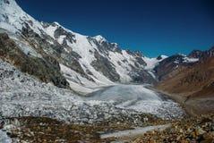 montañas nevosas hermosas, Federación Rusa, el Cáucaso, foto de archivo