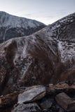 Montañas nevosas rocosas Imagen de archivo