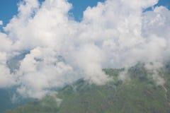 Montañas nubladas blancas imagen de archivo