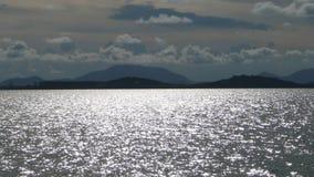 Montañas, océano y nubes foto de archivo libre de regalías