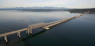 Montañas olímpicas aéreas de Puget Sound Hood Canal Floating Bridge Crossing de la visión fotografía de archivo