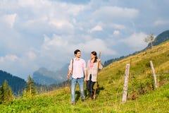Montañas - pares que caminan en montañas bávaras fotos de archivo libres de regalías