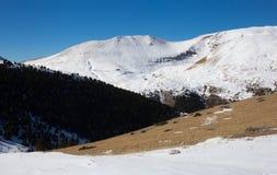 Montañas pintorescas de los Pirineos en invierno foto de archivo libre de regalías