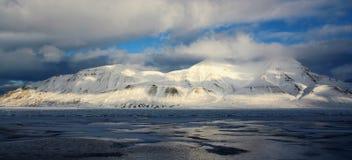 Montañas por el fiordo, Svalbard Fotografía de archivo libre de regalías