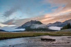 Montañas por el lago medicine imágenes de archivo libres de regalías