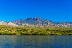 Montañas por el lago Saguaro Fotos de archivo libres de regalías