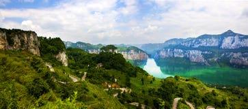 Montañas, precipicio y río imagen de archivo