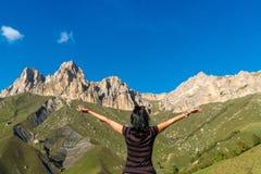 Montañas que caminan de la mujer del caminante imágenes de archivo libres de regalías