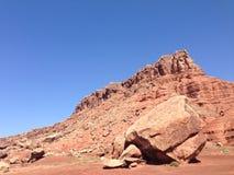 Montañas que desmenuzan en el desierto imagen de archivo
