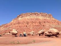 Montañas que desmenuzan en el desierto fotos de archivo libres de regalías