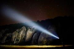 Montañas que exploran en la noche Foto de archivo libre de regalías