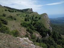 Montañas que pasan por alto el mar y el pueblo Fotografía de archivo libre de regalías