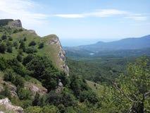 Montañas que pasan por alto el mar y el pueblo Foto de archivo libre de regalías