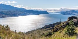 Montañas que rodean el lago Kamloops fotos de archivo libres de regalías