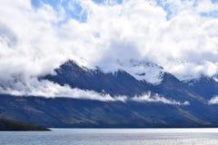 Montañas, ríos y nubes Fotos de archivo