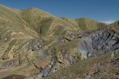 Montañas rayadas del verde y del arco iris en el cráter de Maragua bolivia foto de archivo