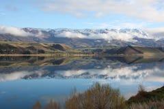 Montañas reflejadas en el lago Dunstan Nueva Zelandia imagenes de archivo