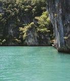 Montañas, rocas, árboles, mar verde Imágenes de archivo libres de regalías
