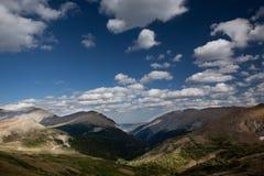 Montañas rocosas bajo el cielo azul Fotografía de archivo