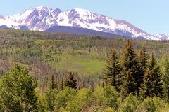 Montañas rocosas capsuladas blanco Foto de archivo libre de regalías