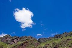 Montañas rocosas con un cielo nublado Fotografía de archivo libre de regalías
