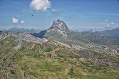 Montañas rocosas grandes en el horizonte imagen de archivo