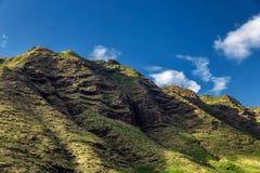 Montañas rocosas hermosas de Oahu y del cielo azul foto de archivo
