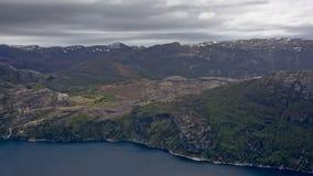 Montañas rocosas a lo largo de un fiordo con nieve en Rogaland superior, Noruega Fotos de archivo libres de regalías