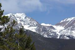 Montañas rocosas nevadas Imagen de archivo libre de regalías