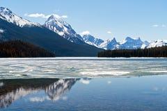 Montañas rocosas que reflejan en el lago Maligne - parque nacional de jaspe, Canadá Imágenes de archivo libres de regalías