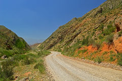Montañas rocosas rojas cerca de la ciudad de Tamasha foto de archivo libre de regalías