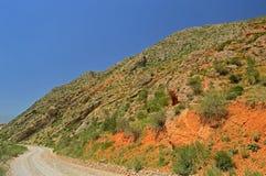 Montañas rocosas rojas cerca de la ciudad de Tamasha imagen de archivo libre de regalías