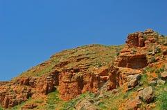 Montañas rocosas rojas cerca de la ciudad de Tamasha imágenes de archivo libres de regalías