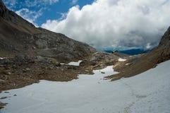 Montañas rocosas salvajes con la choza Foto de archivo libre de regalías