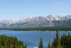 Montañas rocosas y lago fotografía de archivo