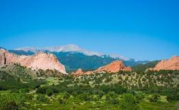 Montañas rojas hermosas y colinas verdes en Colorado Fotografía de archivo