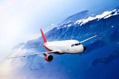 Montañas rojas planas del aeroplano del transportion del viaje de la nube foto de archivo