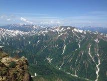 Montañas sacadas el polvo nieve Fotografía de archivo libre de regalías