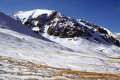 Montañas salvajes de la nieve en Kirguistán fotografía de archivo libre de regalías