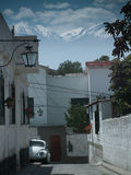 Montañas sobre una calle Fotos de archivo