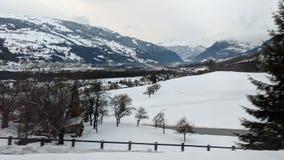Montañas suizas cubiertas en nieve Imagen de archivo libre de regalías