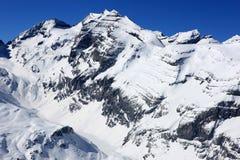 Montañas suizas en invierno fotos de archivo