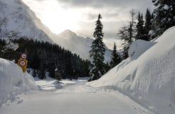 Montañas suizas paisaje y señal Imágenes de archivo libres de regalías