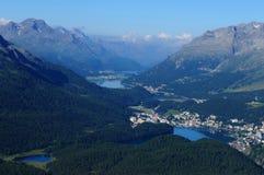 Montañas suizas: panorámico-vista de Muotas Muragl al LAK del glaciar Imagenes de archivo